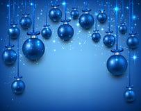 Bågbakgrund med blåa julbollar Arkivbild