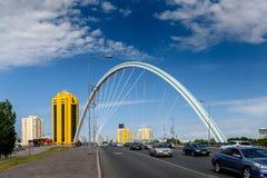 Båge av bron över den Ishim floden i Astana arkivbilder