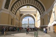 Båge av byggnaden för allmän personal i St Petersburg royaltyfria foton