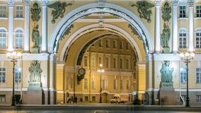 Båge av byggnaden för allmän personal på timelapse för slottfyrkantnatt i St Petersburg lager videofilmer