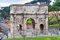 Båge av Constantine Arco di Constantino nära den Colloseum coliseumen, Rome, Italien royaltyfria foton