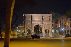 Båge av Constantine Italy Rome vid natt royaltyfria bilder