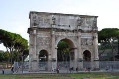 Båge av Constantine nära Colosseumen i Rome, Italien arkivfoto