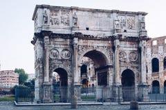 Båge av Constantine och coliseumen i bakgrund på Rome, Italien Arkivfoton