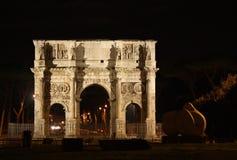 Båge av Constantine på natten Arkivbilder