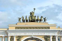 Båge av den allmänna personalen i St Petersburg Arkivfoton
