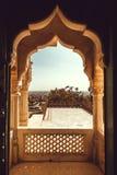 Båge av den historiska sned balkongen inom gammal byggnad i Indien Royaltyfri Foto