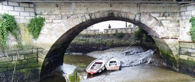 Båge av en romersk bro över Ria de Betanzos och tvåna liten bo Royaltyfri Foto