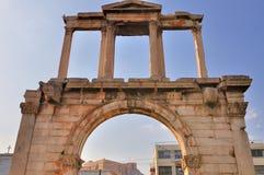Båge av Hadrian med Acropolis Royaltyfria Foton