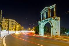 Båge av Hadrian på natten, Aten, Grekland Royaltyfri Foto