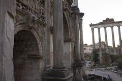 Båge av Septimius Severus och tempel av Saturn fotografering för bildbyråer