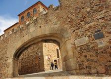 Båge av stjärnan i huvudsaklig fyrkant, de medeltida vallarna av Caceres, Extremadura, Spanien arkivbilder