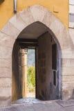 Båge av tillträdeet till en gata nästan domkyrkan av Cuenca till th Royaltyfri Bild