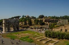 Båge av Triumph och forntida Roman Forum Royaltyfria Bilder