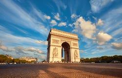Båge de Triumfera i Paris med härliga moln bakom i nedgång Royaltyfria Bilder