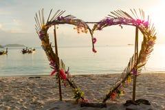 Båge för hjärtaformblomma på stranden royaltyfri bild