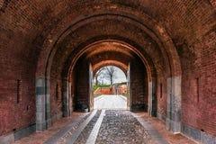 Båge för röd tegelsten i den Daugavpils fästningen Arkivfoto