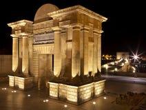 Båge för renässans för broport som (Puerta del Puente) triumf- är upplyst på natten i Cordoba, Andalusia Arkivfoton