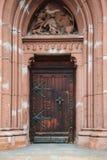 Båge med den gamla trädörringången till templet Arkivbilder