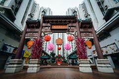 Båge och byggnader på den Aberdeen fyrkanten, i Hong Kong, Hong Kong Royaltyfri Bild