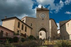 Båge- och klockatorn i den historiska mitten av Monteleone di Spoleto Royaltyfria Bilder