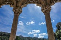 Båge och kolonner på bakgrund för blå himmel Royaltyfri Foto