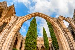Båge och kolonner på den Bellapais abbotskloster Kyrenia cyprus Royaltyfri Bild