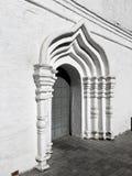 Bågedörr - arkitektoniska detaljer av en gammal ortodox kloster arkivfoton