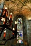 Bågemålat glassfönster och monumentala kolonner av den Santa Maria de Belem kyrkan royaltyfri fotografi