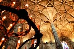 Bågemålat glassfönster och monumentala kolonner av den Santa Maria de Belem kyrkan royaltyfri bild