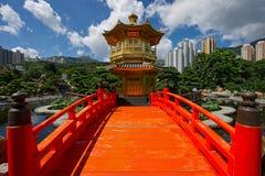 Bågen överbryggar och paviljongen i den Nan Lian trädgården, Hong Kong. Arkivfoton