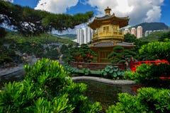 Bågen överbryggar och paviljongen i den Nan Lian trädgården, Hong Kong. Royaltyfri Foto