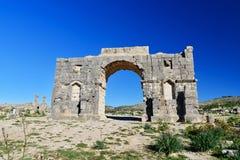 Bågen av Caracalla i romare fördärvar, den forntida romerska staden av Volubilis morocco Royaltyfri Fotografi