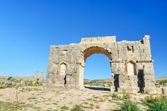 Bågen av Caracalla i romare fördärvar, den forntida romerska staden av Volubilis morocco Royaltyfri Foto