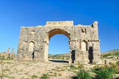 Bågen av Caracalla i romare fördärvar, den forntida romerska staden av Volubilis morocco Royaltyfria Foton