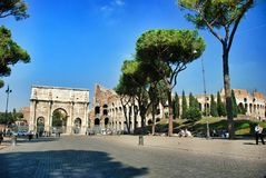 Bågen av Constantine (Arco di Constantino) Arkivfoton