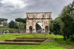 Bågen av Constantine, en triumf- båge i Rome royaltyfri bild