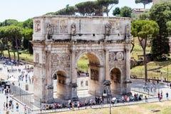 Bågen av Constantine lokaliserade i Rome, Italien royaltyfria bilder