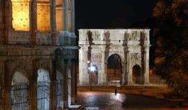 Bågen av Constantine på natten, Rome, Italien Arkivfoto