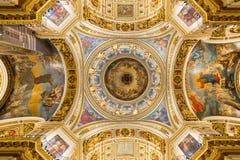 Bågen av den huvudsakliga kupolen av domkyrkan för ` s för St Isaac Helgon - Peterburg Arkivbild