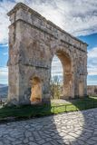 Bågen av Medinaceli är ett unikt exempel av den monumentala romerska triumf- bågen inom Hispania Lokaliserat i Medinaceli, landsk arkivfoton