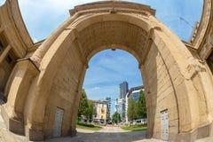 Bågen av Porta Nuova, Milan, Italien royaltyfri bild