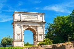 Bågen av Titus i Roman Forum, Rome arkivbilder