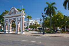 Bågen av Triumph i Jose Marti Park, Cienfuegos, Kuba royaltyfri bild