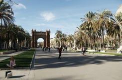 Bågen de Triumphe är en av de huvudsakliga dragningarna av Barcelona Arkivfoton