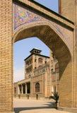 Bågen i den Golestan slotten nära stora byggnaden av solen (hycklar ol Emareh), i den Teheran staden, Iran Royaltyfri Bild