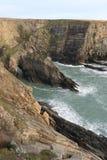 Bågen vaggar in på kusten Royaltyfri Fotografi