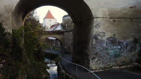 Bågeportar och liten gata på väggen för forntida stad, Brasov, Rumänien stock video