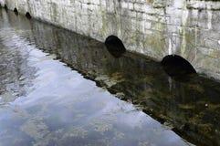 Bågestenbron i vattnet arkivbild