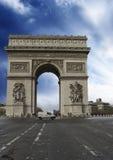 bågfärger över paris skytriumf Royaltyfri Bild